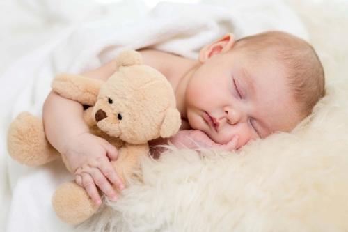 Quantas horas a criança precisa dormir por dia em cada fase?