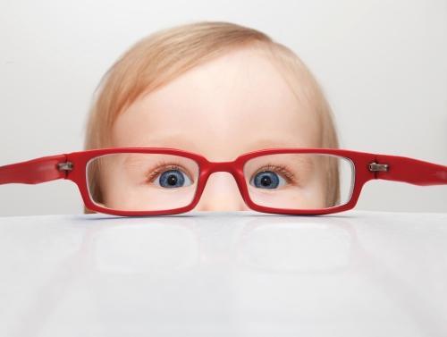 Alguns sinais de que a criança precisa usar óculos