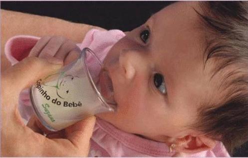 Como dar o leite materno no copinho para o bebê?