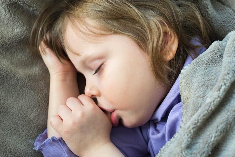 Chupar dedo ou chupeta faz mal para a criança?