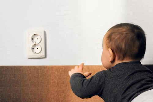 Seu bebê começou a engatinhar! Hora de deixar a casa segura