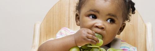 Cinco alimentos perigosos para criança que podem causar o engasgo