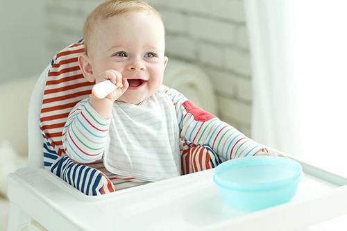 Como escolher o cadeirão de alimentação do bebê