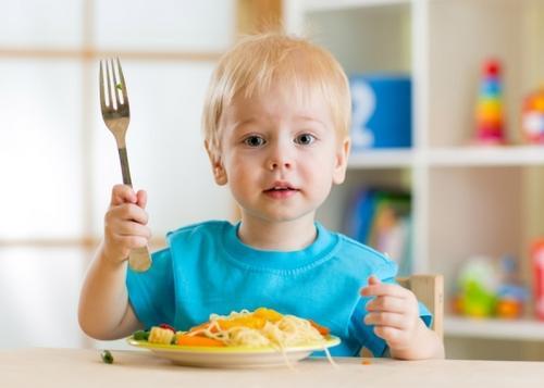 Hora de comer! Como ensinar a criança a usar o garfo